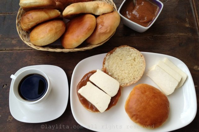 Pan lojano con dulce de guayaba y queso