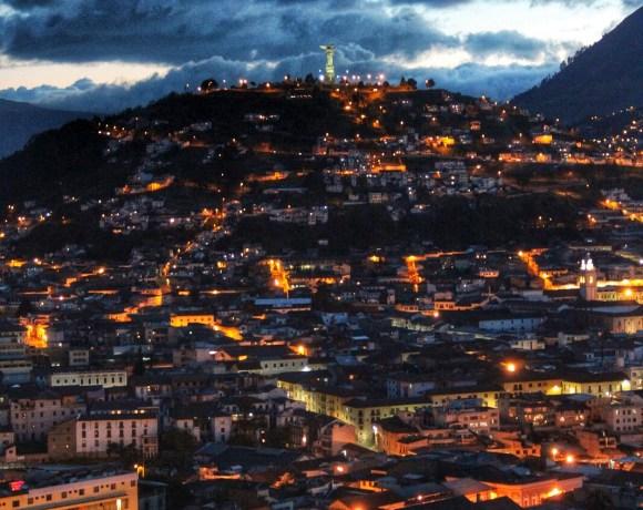 Vista nocturna del Centro Histórico de Quito desde Café Mosaico en Itchimbía