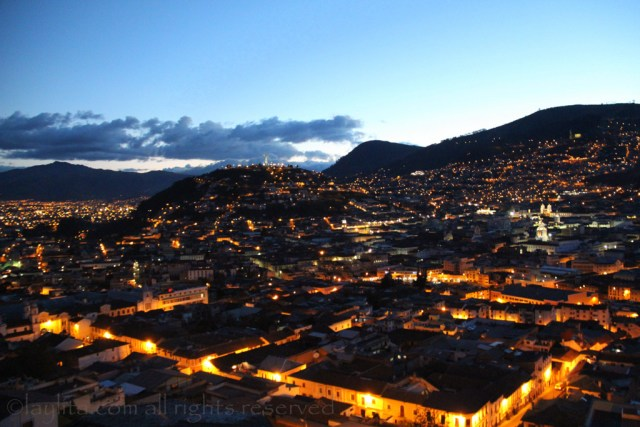 Vista noctura de Quito desde Itchimbía