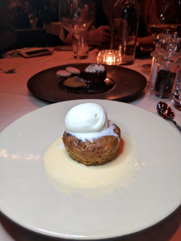 Clootie Dumpling con helado de whiskey y caramelo