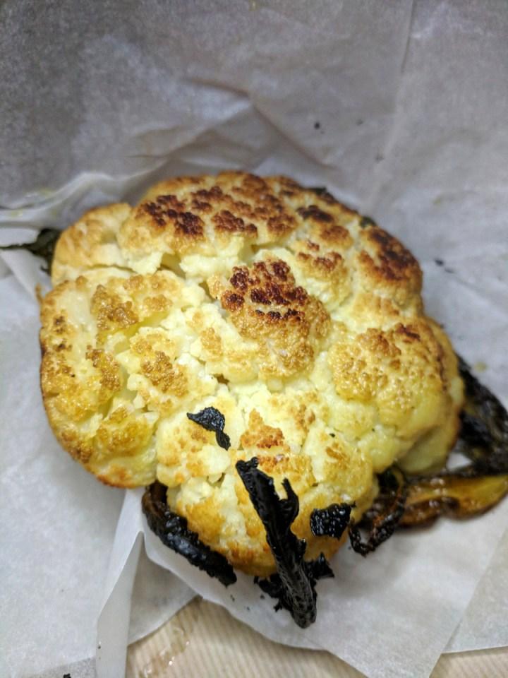 Coliflor asado en el restaurante Romano del Chef Eyal Shani