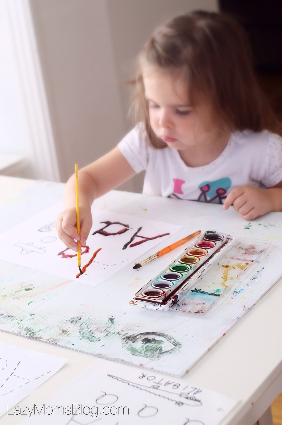 Montessori homeschool : tracing letters with paint