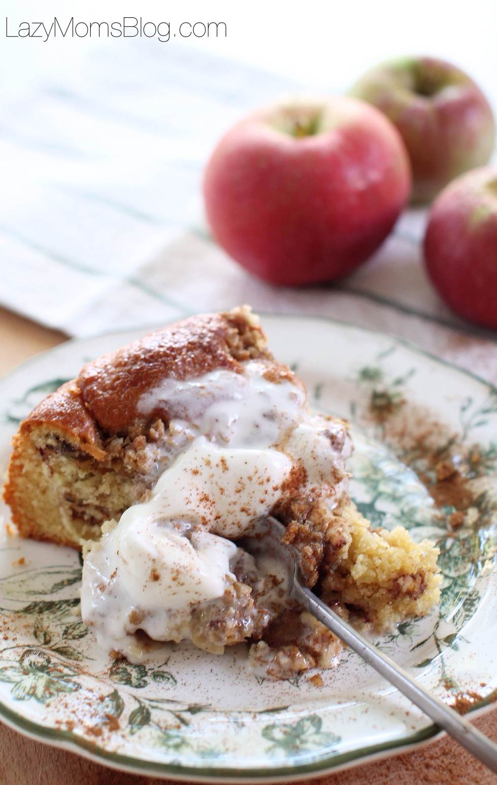 apple crumble coffee cake, amazing dessert to try this fall! #easycake