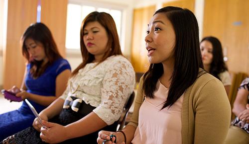 Mujer joven habla en una clase
