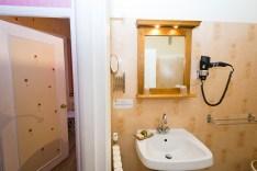 Salle de Bains de la chambre standard à l'hotel le Chalet à Ax-les-Thermes près Andorre