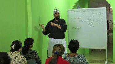Rodrigo Duarte haciendo clases sobre la historia de la pizza