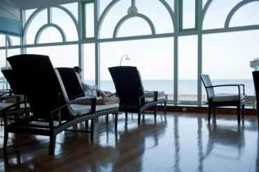 La salle de détente face à la mer