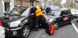 Les pompiers interviennent sur la victime coincé dans le véhicule