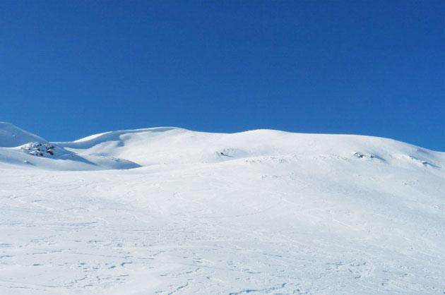 Criblée de dettes, la station de ski du Puigmal ferme ses portes. Elle ne rouvrira pas ses pistes cet hiver. Après l'arrêté préfectoral couperet du 1er juillet 2013, le 9 octobre dernier il en a été décidé ainsi en l'absence de repreneurs du plus haut domaine skiable des Pyrénées françaises (2 700m).