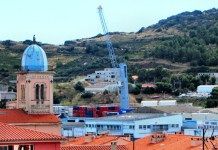 PORT-VENDRES... La grue géante - capable de soulever 100 tonnes et qui a coûté la bagatelle de 3 millions d'euros ! - qui témoigne de la volonté des acteurs du port de Port-Vendres de redynamiser l'activité de ce site économique départemental stratégique, a été mise en service le 18 novembre, à 14h 30, sur les quais de déchargement.