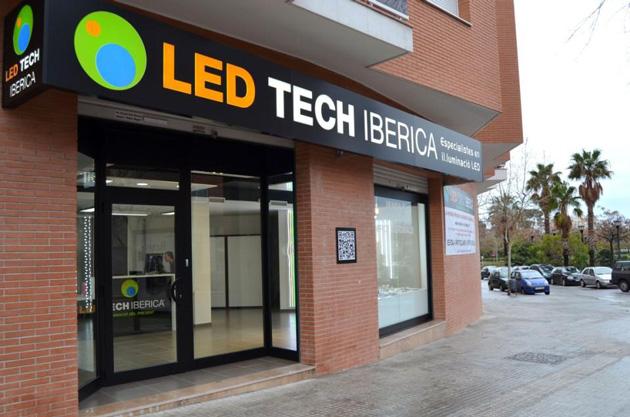 Led Tech Ibérica relocalise son usine chinoise en Catalogne. Cette société consacrée à la production de systèmes d'éclairage LED, fondée en 2010 à Golmès (province de Lleida), y relocalise son usine chinoise de Shenzhen (province de Canton), afin de gagner en qualité. Led Tech Ibérica, seul fabricant européen du principal composant des lampes et panneaux de types LED, commercialise 12.000 dispositifs par an, dont des ampoules au prix unitaire de 20 à 25 euros, plus chères que leurs concurrentes, mais dotées d'une durée de vie supérieure, évaluée à 3 ans. Outre la fabrication, l'assemblage sera donc assuré en Catalogne, par cette entreprise qui défend une croissance mesurée et affiche une présence en France, en Allemagne, en Espagne et au Royaume-Uni. La pénétration de nouveaux marchés est annoncée pour 2015.