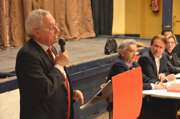 Argelès-sur-Mer... Le maire Pierre Aylagas (PS) a présenté sa liste, le 31 janvier dernier, avec un petit mot chaleureux pour chacun... Mais son discours a été froidement accueilli par la salle lorsqu'il a lancé le nom de son successeur, Antoine Parra, auquel il compte céder la mairie en cours de mandat...