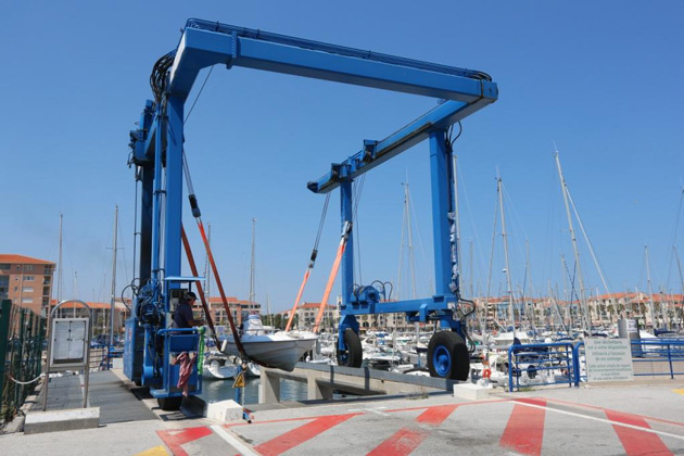 argeles-sur-mer-la-grue-de-manutention-travel-lift-du-port-est-reparee