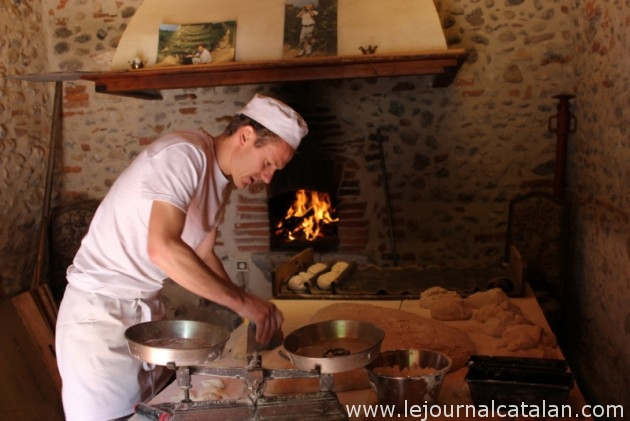Benjamin de la boulangerie 'Le Pain d'Eric' prépare son pain devant le four du domaine Nadal-Hainaut – Photo © Le Journal Catalan.