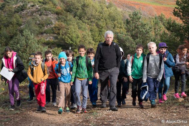 Jacques Taurinya entraîne les élèves sur les chemins de la découverte du patrimoine minier et de l'histooire de la Pinouse