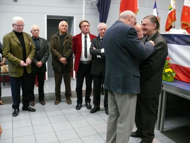 Remise de la Croix du Combattant à Gilbert Llong