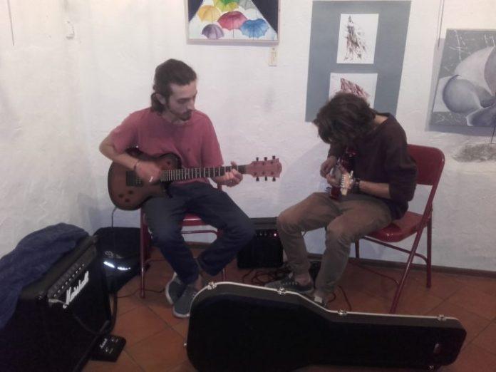 Deux guitaristes dont le fils de Marguerite à gauche, étaient aussi de la fête