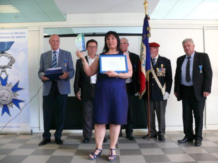 Remise du diplome d'honneur et du trophée