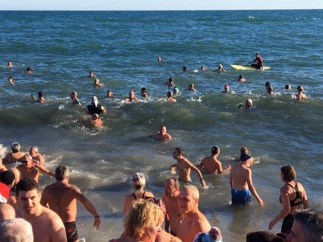 argeles-sur-mer-premier-bain-de-lannee-pour-quelque-150-courageux4