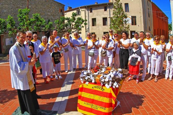 l'Abbé de Roeck bénit les fagots de la ville du Soler pour la « Trobada » au Canigou
