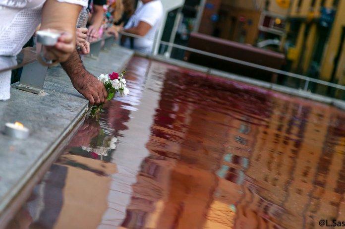 La fontaine du marché de la république de Perpignan couleur sang, lors de l'hommage a Steve