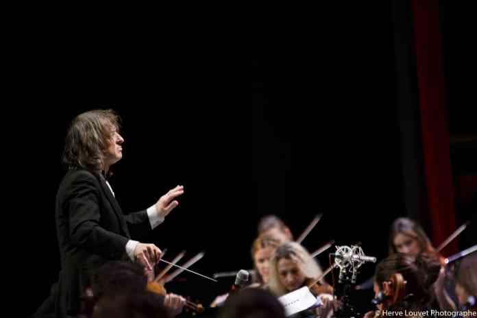 Concert In Memoriam Johnny Halliday à Perpignan. Guy Sylvestre qui prête sa voix et ses traits à l'icône du rock français, l'octuor à cordes dirigé par Daniel Tosi viendra habiller les musiques du célèbre chanteur des chaudes tonalités des cordes