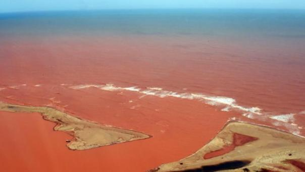 vue-aerienne-du-fleuve-rio-doce-pollue-apres-la-rupture-d-un-barrage-de-dechets-miniers