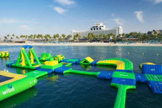 Une aire de jeux ludique sur l'eau, face à l'hôtel JA