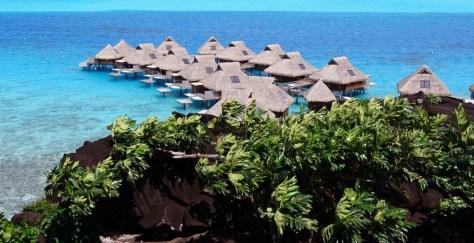 Les villas posées sur le lagon