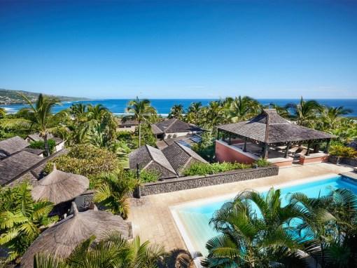La piscine nichée dans les jardins verdoyants à La Réunion