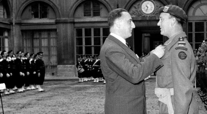 Remise de de la légion d'honneur aux membres du Commando Kieffer lors d'une prise d armes au ministère de la marine à Paris, le commandant Philippe KIeffer décoré par Louis Jacquinot ministre de la marine France en 1945.
