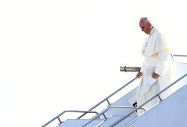 Pope Francis disembarks from a plane after arriving at Tbilisi International Airport on September 30, 2016. Pope Francis set off on September 30 for Georgia and Azerbaijan on what Vatican officials billed as a mission to promote peace in a troubled part of the world, three months after he visited neighbouring Armenia. / AFP PHOTO / VINCENZO PINTO