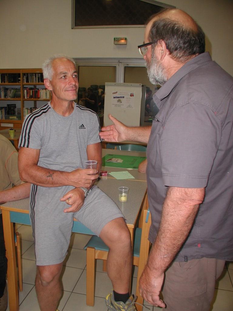 Miguel le petit nouveau et Joël discutent stratégie