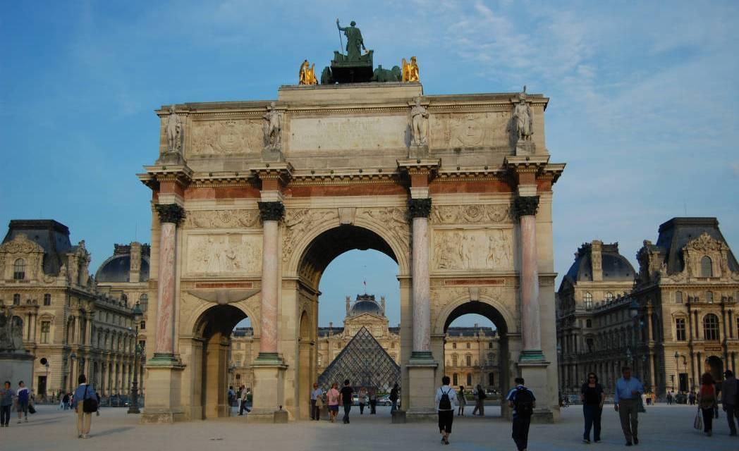 Un militaire attaqué à la machette ce matin au Louvre
