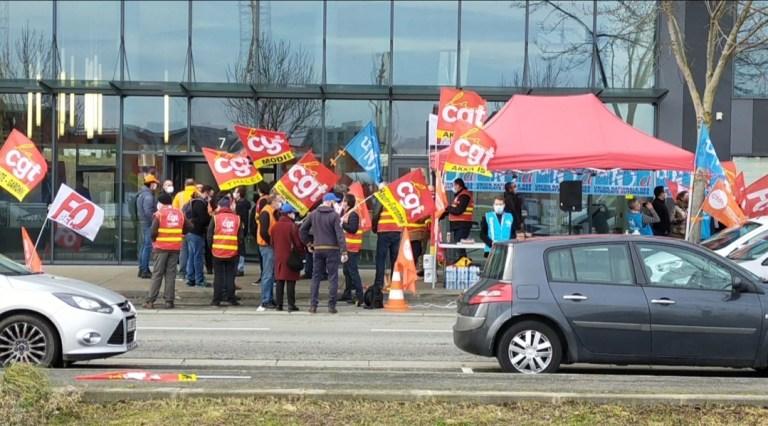 Ils étaient plus d'une centaine à s'être mobilisés devant le bâtiment AKKA. Crédit : Manon Pitaud