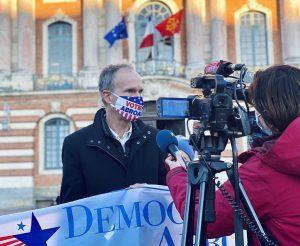 Scott Stroub, président du Parti démocrate étranger à Toulouse face aux journalistes. Crédit : Thomas Naudi