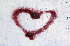 Photo Red heart painted in a stone surface by Juan David Ferrando