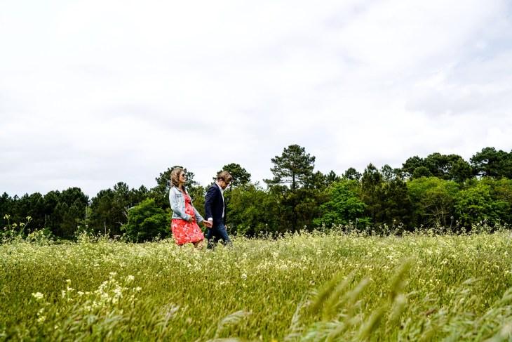 séance grossesse dans les champs