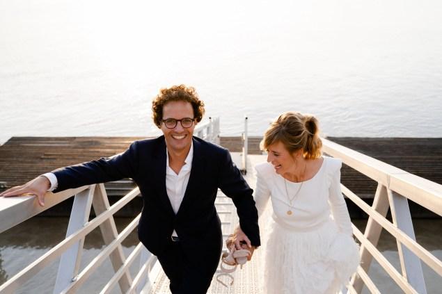Photo de couple au bord de l'eau