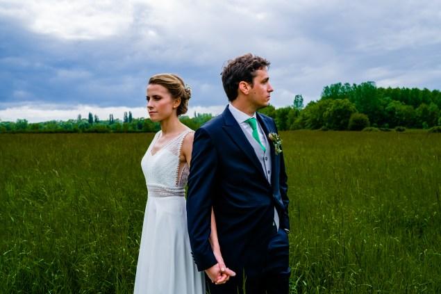 Photo de couple de mariés dans les champs