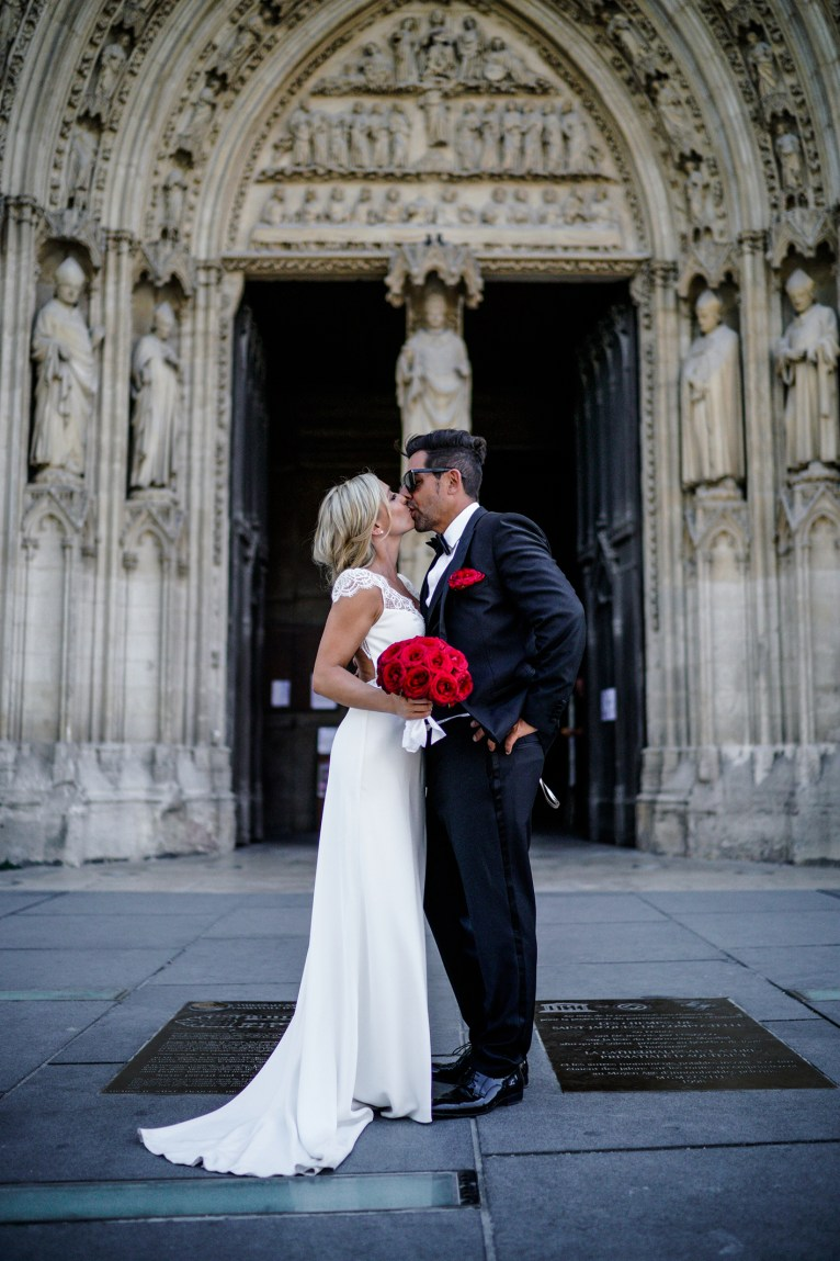 photo couple de mariés devant la cathédrale Pey Berland