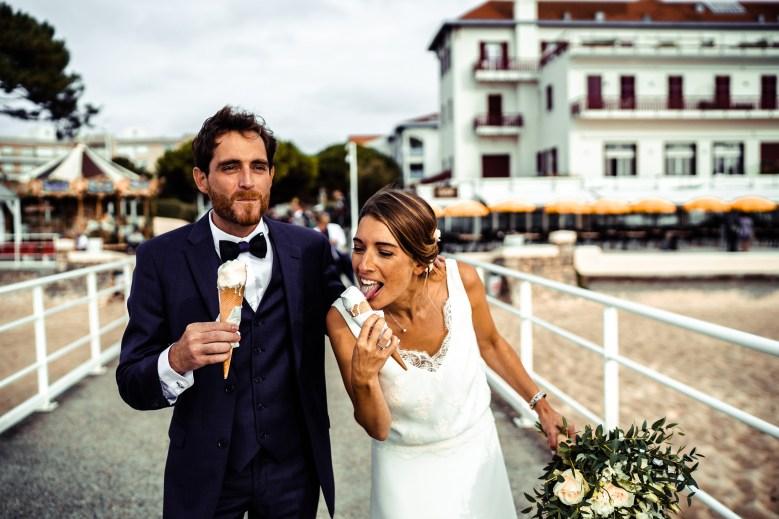 mariés entrain de manger une glace au bord de l'eau