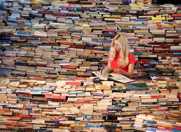 Ella es una escritora que lee al interior del laberinto, dispuesta a contar sus historias a los quienes transiten por él