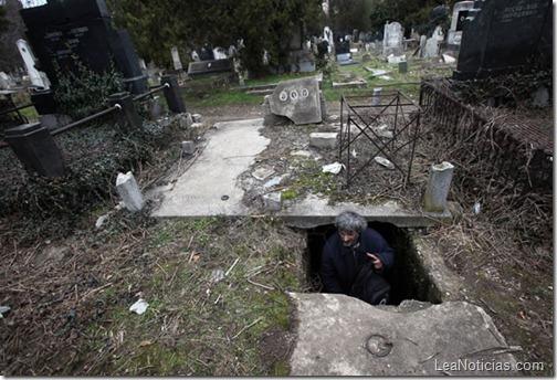 hombre-sin-hogar-vive-en-tumba-abandonada-5