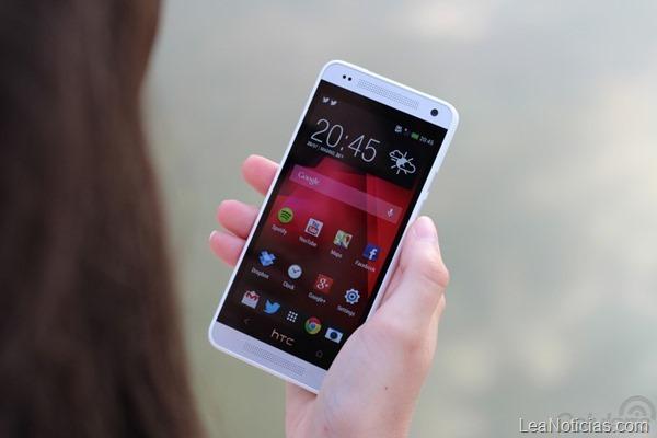 HTC-One-Mini-chica-2-800x533
