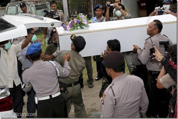 Policias-indonesios-ambulancia-AirAsia-AP_