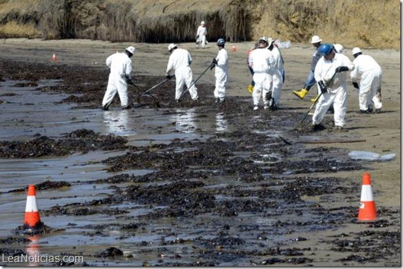 Autoridades exigen analizar el oleoducto que provocó el vertido en California