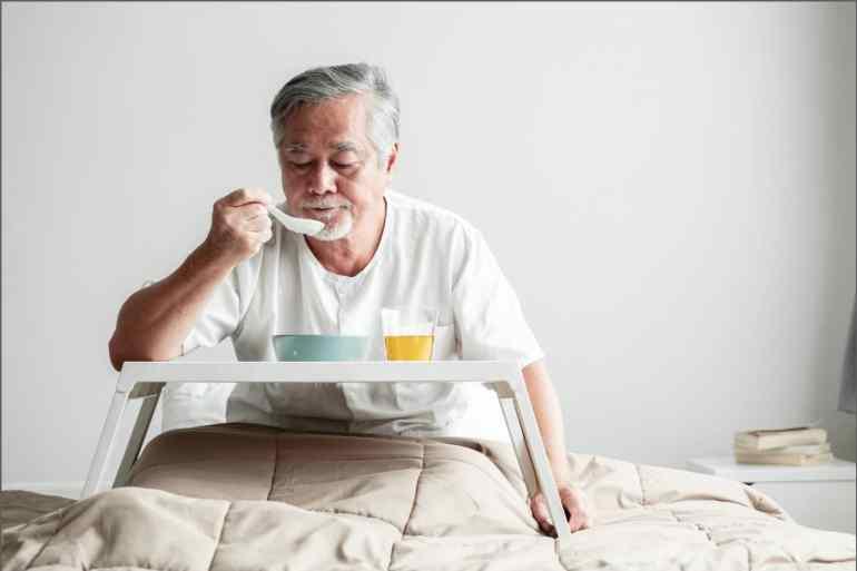 銀髮族病患喝滴雞精補充體力