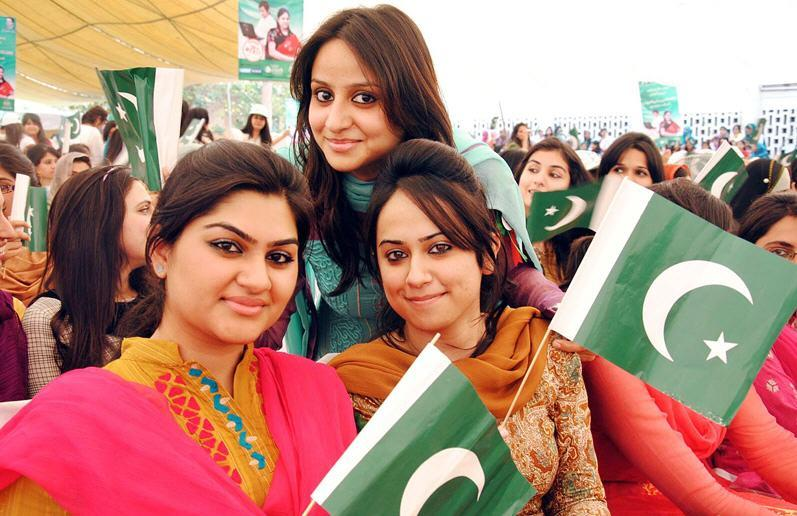 https://i0.wp.com/www.learningall.com/wp-content/uploads/2012/04/University-Girls-of-Pakistan-Nice-Picture-With-Flag-.jpg