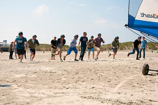 Strandsegel Regatta Start, die Teilnehmer rennen zu ihren Seglern!